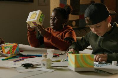 Kinderen ontwerpen een glowlamp bij De Ontdekhal